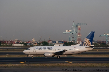 Boeing 737-524 (CONTINENTAL AIR LINES)
